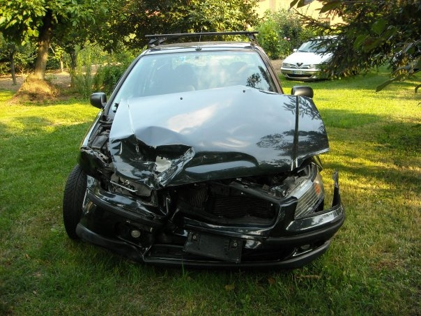 Car_with_frontal_collision-honda